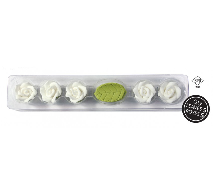 5 hvide roser og blade